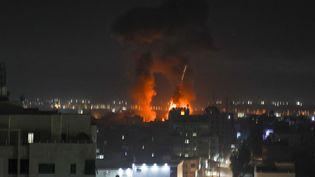 Des explosions illuminent la nuit de Gaza, le 16 juin 2021, lors de bombardements israéliens. (MAHMUD HAMS / AFP)