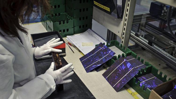 Une technicienne de l'entreprise Photowatt, à Bourgoin-Jallieu (Isère), le 16 janvier 2012. (JEAN-PHILIPPE KSIAZEK / AFP)