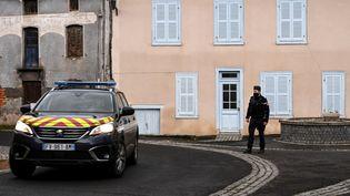 Un gendarme dans une rue de Saint-Just (Puy-de-Dôme), le 23 décembre 2020. (OLIVIER CHASSIGNOLE / AFP)