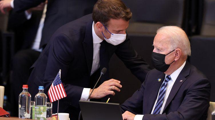 Les présidents français, Emmanuel Macron, et américain, Joe Biden, discutent avant un sommet de l'Otan à Bruxelles (Belgique), le 14 juin 2021. (DURSUN AYDEMIR / ANADOLU AGENCY / AFP)