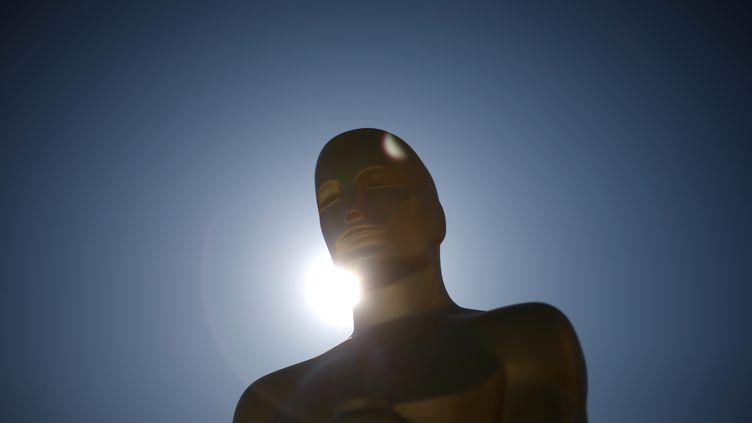 Une statue en forme d'Oscar trône devant leDolby Theatre où se déroulera la 89e cérémonie du même nom dans la nuit de dimanche à lundi. (LUCY NICHOLSON / REUTERS)