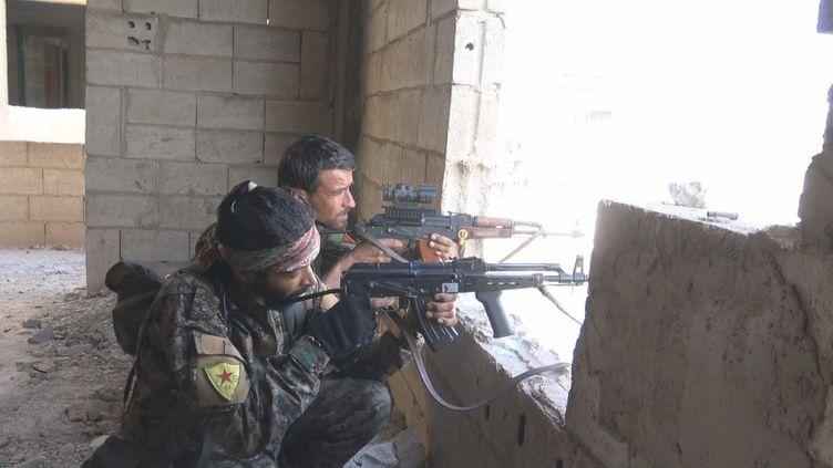 Dans Raqqa en ruines, des soldats des Forces démocratiques syriennes guettent les snippers de Daesh. (GILLES GALLINARO / RADIO FRANCE)