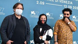 """Le réalisateur iranien Majid Majidi, l'actrice Shamia Shirzad et l'acteur Javad Ezzati présentent leur film """"Les Enfants du soleil"""" à La Mostra de Venise le 6 septembre 2020. (TIZIANA FABI / AFP)"""
