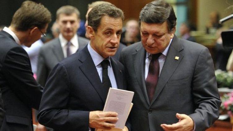 Nicolas Sarkozy et Manuel Barroso en pleine discussion, lors du sommet européen à Bruxelles, le 23 octobre 2011. (AFP - Eric Feferberg)