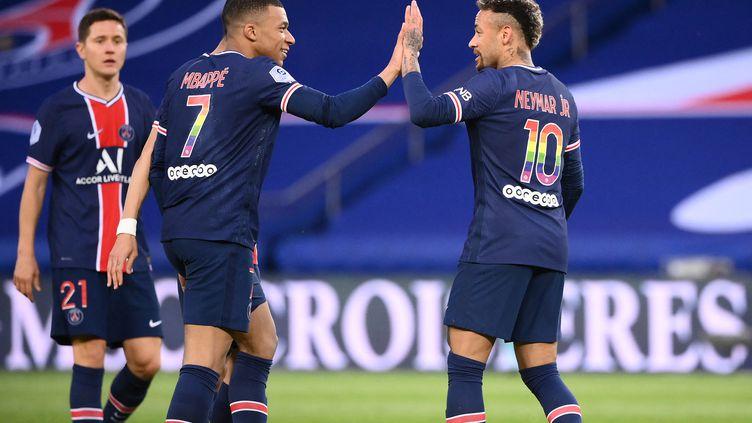 Neymar félicité par Kylian Mbappé lors du match entre le PSG et Reims. (FRANCK FIFE / AFP)