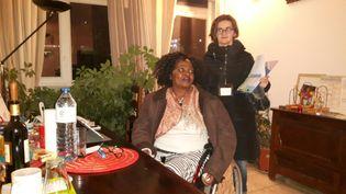 """Aziliz, missionnée par l'association"""" Voisin malin"""" à l'écoute de Germaine, une locataire isolée par son handicap (RADIO FRANCE / Jérôme Jadot)"""