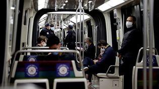 Des policiers patrouillent dans le métro parisien, le 13 mai 2020. (THOMAS COEX / AFP)