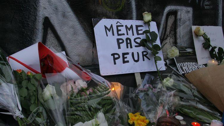 Des bougies et des messages sont déposés, place de la République, à Paris, le 14 novembre 2015, au lendemain des attentats. (GIUSEPPE AMOS / CITIZENSIDE.COM / AFP)