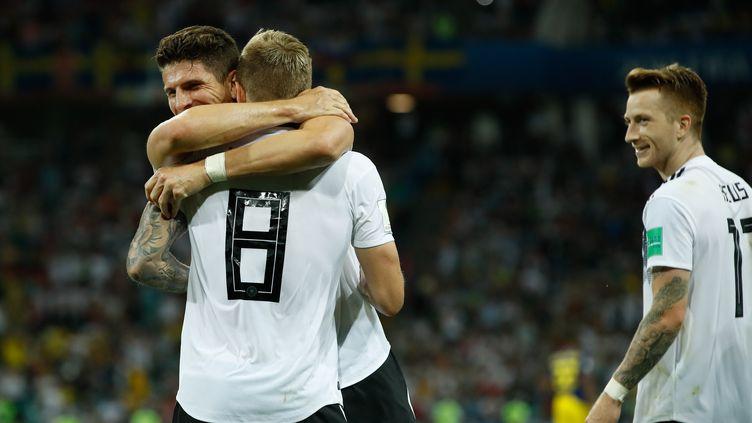 Le joueur allemand Mario Gomez, sous le regard de Marco Reus, remercie son partenaire Toni Kroos auteur d'un but décisif lors du match du Mondial Allemagne-Suède samedi 23 juin. (ODD ANDERSEN / AFP)
