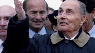 Le président François Mitterrand en visite à Blois (Loir-et-Cher), le 27 octobre 1994. (CHARLES PLATIAU / REUTERS)