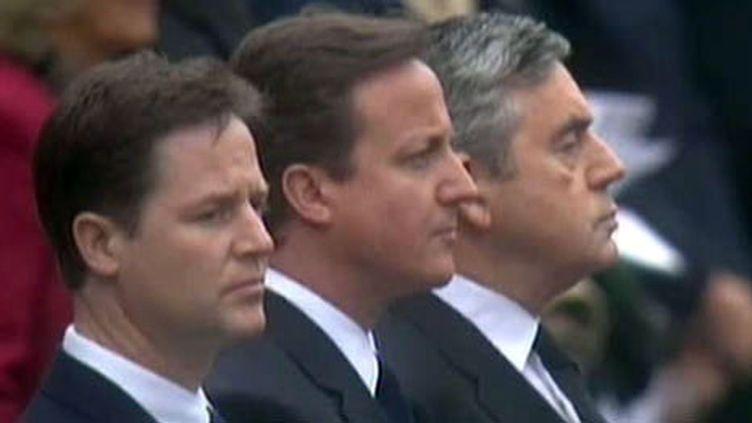 Trois hommes et un Parlement suspendu ... (cérémonies du 8 mai à Londres) de gauche à droite: Clegg, Cameron et Brown (France 2)