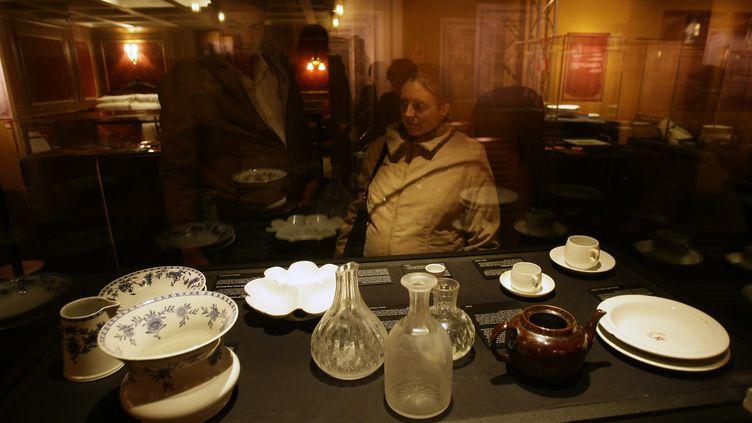 """Des objetsrécupérés dans l'épave du """"Titanic"""" exposés à Madrid (Espagne) en novembre 2008. (ANDREA COMAS / REUTERS)"""