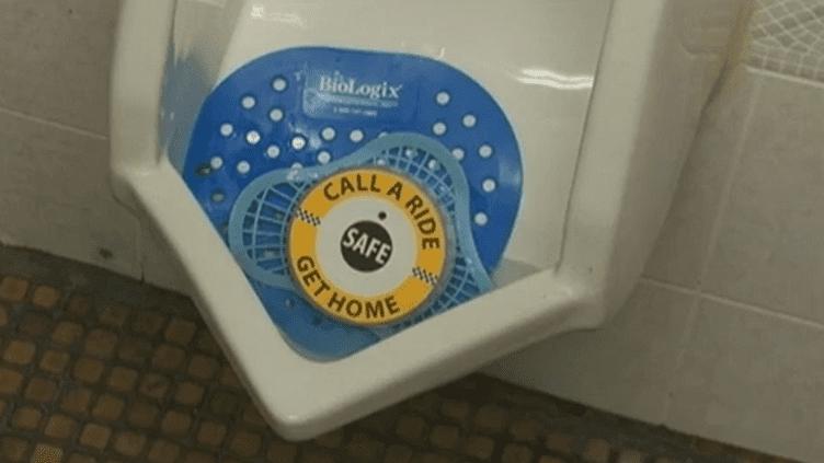 Un urinoir avec le dispositif testé à Détroit (Michigan) pour inciter les fêtards à ne pas prendre la route s'ils ont trop bu. (FTVI)