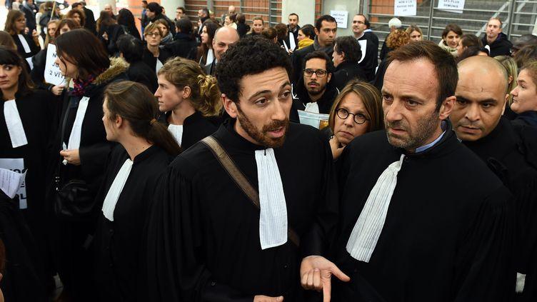 Une manifestation d'avocats devant le tribunal de Toulouse (Haute-Garonne), le jeudi 22 octobre 2015. (MAXPPP)