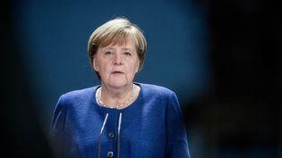 La chancelière allemande Angela Merkel fait une déclaration sur le résultat de l'élection présidentielle aux Etats-Unis, le 9 novembre 2020 à Berlin. (MICHAEL KAPPELER / AFP)