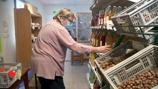 A Meythet, près d'Annecy, près de 400 clients gèrent une une supérette participative. (M. Feutry/France Télévisions)