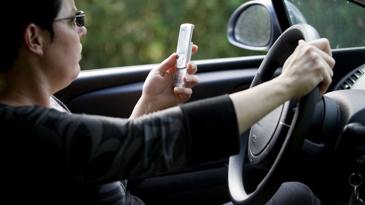 Un automobiliste sur cinq avoue lire ou écrire des SMS en conduisant. (JS EVRARD / SIPA)