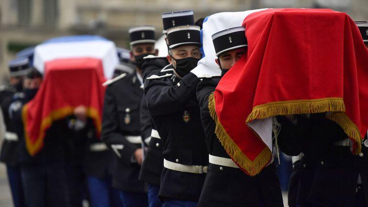 Des gendarmes portent les cercueils de leur camarades morts dans le Puy-de-Dôme. Le 28 décembre 2020, à Ambert. (PHILIPPE DESMAZES / POOL)