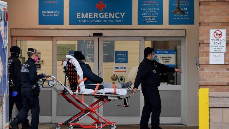 Un patient malade du Covid-19 est transporté dans un hôpital de New York (Etats-Unis), le 4 janvier 2021. (ANGELA WEISS / AFP)