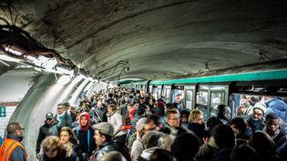 Plusieurs dizaines de personnes attendent dans la station Châtelet à Paris, le 16 décembre 2019. (MARTIN BUREAU / AFP)