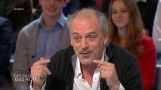 """Philippe Poutou, candidat NPA à la présidentielle, invité de l'émission """"Des paroles et des actes"""", le 11 avril 2012. (FTVI)"""