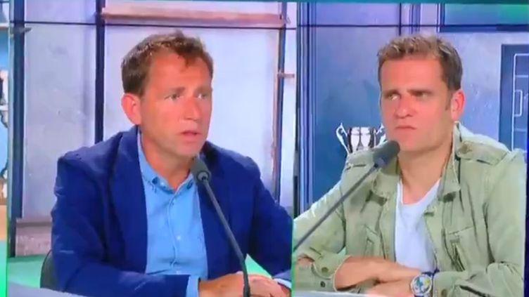 """Capture d'écran d'un extrait de l'émission """"L'After RMC"""" diffusé sur Twitter, montrant le chroniqueur Daniel Riolo (à gauche) et l'ancien footballeur Jérôme Rothen (à droite). (TWITTER / RMC)"""