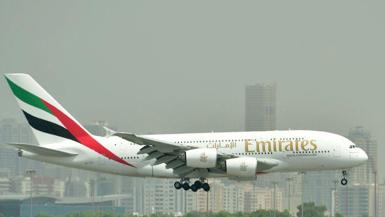 Un Airbus A380 de la compagnie aérienne Emirates atterrit sur l'aéroport de Dubaï, le 14 septembre 2017. (GIUSEPPE CACACE / AFP)