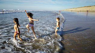 Des enfants se baignent dans l'océan Atlantiqueà Hourtin (Gironde), le 25 octobre 2017. (MAXPPP)