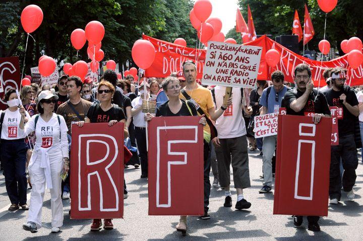 Des salariés de RFI défilent le 16 juin 2009 à Paris pour obtenir le retrait du plan de départs et empêcher la fermeture de six bureaux de langue. (STEPHANE DE SAKUTIN / AFP)