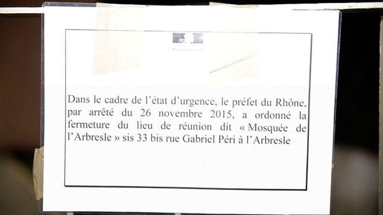 (Panneau apposé sur l'entrée de la mosquée de l'Abresle, près de Lyon, par la préfecture du Rhône, après la fermeture du lieu de culte.  © Maxppp)
