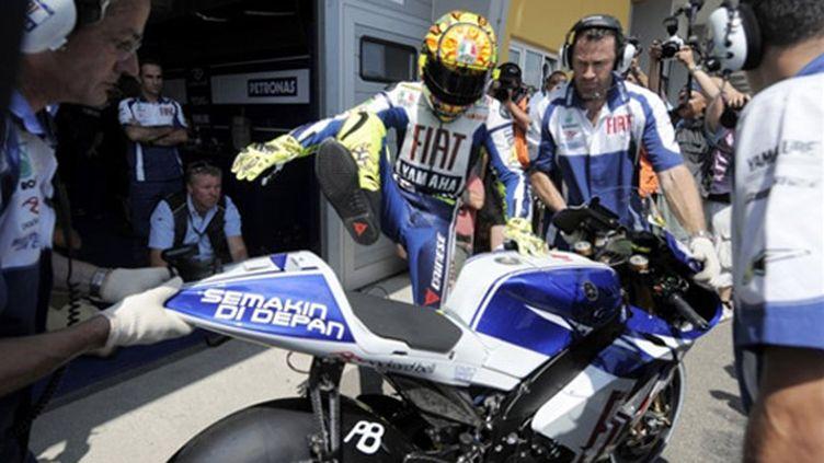Valentino Rossi descend de sa Yamaha