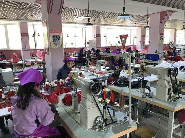 Dans une usine de fabrication de chaussures à Pyongyang en Corée du Nord, en avril 2018. (ÉLISE DELÈVE / FRANCEINFO)