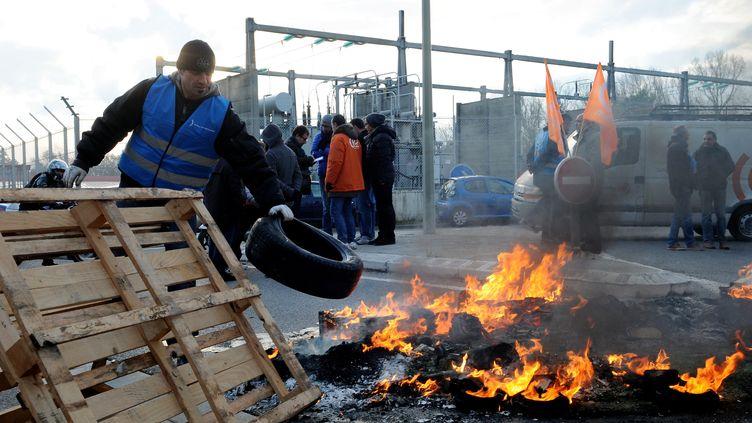 Bloquage de la zone industrielle de Rousset (Bouche-du-Rhône) par les employés de la société LFoundry, mercredi 18 décembre 2013. (MAXPPP)
