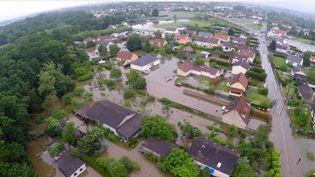 Capture d'écran de Montargis (Loiret) sous les eaux, le 1er juin 2016. (DRONE VISION PRODUCTION / YOUTUBE)