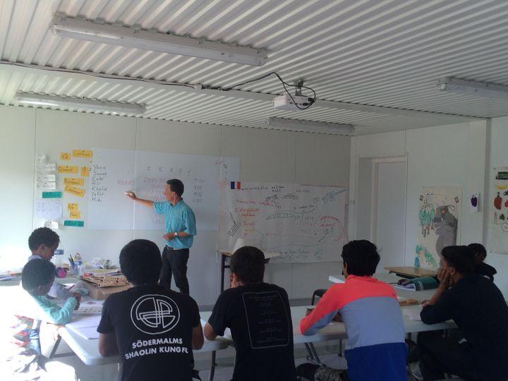 """Sylvain Bélard dans sa classe, dans la """"jungle"""" de Calais. (KOCILA MAKDECHE / FRANCEINFO)"""