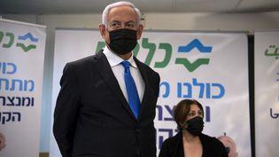 Le Premier ministre israélien, Benyamin Nétanyahou, visite un centre de vaccination à Nazareth (Israël), le 13 janvier 2021. (GIL ELIYAHU / POOL / AFP)