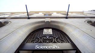 """L'entrée de Sciences-Po à Paris. Dans son rapport publié le 22 novembre 2012, la Cour des comptes pointe des """"irrégularités"""" dans la gestion de l'école. (FRANCK FIFE / AFP)"""
