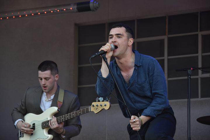 Le chanteur et le bassiste du groupe irlandais The Murder Capital, lors de leur prestation à Rock en Seine le dimanche 25 août 2019. (OLIVIER FLANDIN)