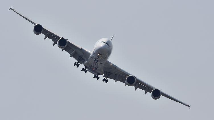 Un Airbus A380 vole au-dessus du Bourget, en Seine-Saint-Denis, le 22 juin 2017. (CHRISTOPHE ARCHAMBAULT / AFP)