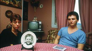 Christine et Jean-Marie Villemin, devant le portrait de leur fils Grégory,le 23 novembre 1984 à Epinal (Vosges). (ERIC FEFERBERG / AFP)
