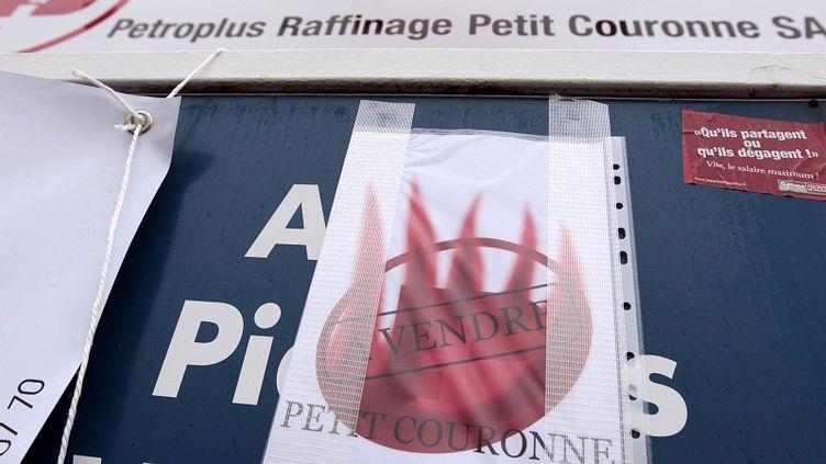 La raffinerie Petit-Couronne (Seine-Maritime) a été mise en vente par Petroplus le 20 janvier 2012. (KENZO TRIBOUILLARD / AFP)