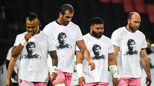 Les joueurs du Stade Français avec un t-shirt en hommage à Christophe Dominici (JEAN-PHILIPPE KSIAZEK / AFP)