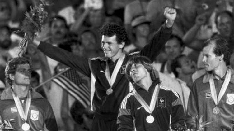 Pierre Quinon (1er) et Thierry Vigneron (3e) sur le podium de la perche à Los Angeles en 1984 (UPI)