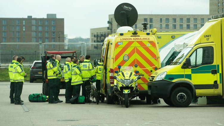 Des personnels paramédicaux effectuent un débriefing sur le coronavirus, à Londres, le 30 mars 2020. (JUSTIN NG / MAXPPP)