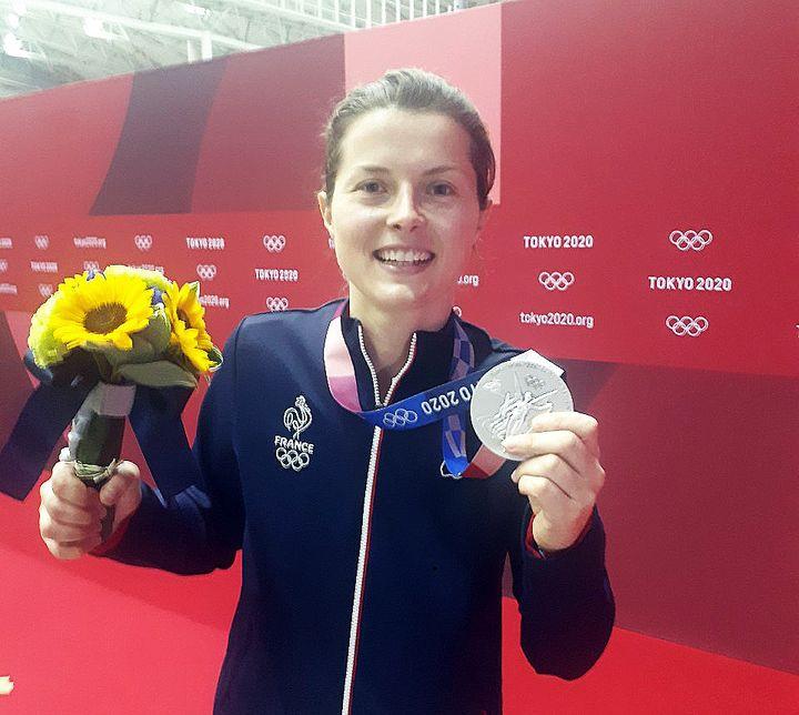 La joie de la sabreuse française Cécilia Berder, médaillée d'argent par équipes samedi 31 juillet à Chiba aux Jeux de Tokyo. (RADIO FRANCE / XAVIER MONFERRAN)