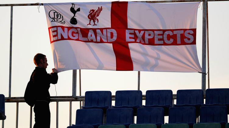 """Un supporter anglais accroche un drapeau où est écrit """"l'Angleterre espère"""" dans le stade de Sofia, en Bulgarie, le 2 septembre 2011. (MICHAEL REGAN / GETTY IMAGES EUROPE)"""
