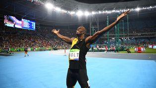Usain Bolt remporte la finale du 100m et décroche son troisième titre olympique consécutif, le 14 août 2016 à Rio. (FRANCK FIFE / AFP)