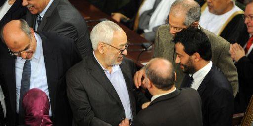 Le dirigeant du parti islamiste Ennahda, Rached Ghannouchi, salue ses partisans lors de la cérémonie de signature de la Constitution à l'Assemblée nationale à Tunis le 27 janvier 2014. (AFP - Fethi Belaid)