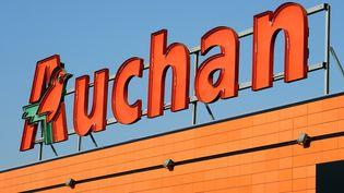 L'enseigne Auchan, dans un supermarché de Toulouse (Haute-Garonne), le 28 novembre 2013. (REMY GABALDA / AFP)