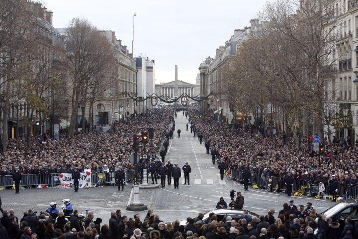 Le 9 décembre 2017, unefoule compacte était venue honorer la mémoirede Johnny Hallyday, lors de l'hommage populaire organisé à La Madeleine (Paris). (THIBAULT CAMUS / POOL / AFP)